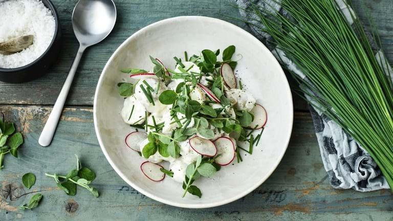 Kartoffelsalat med rygeost og radiser