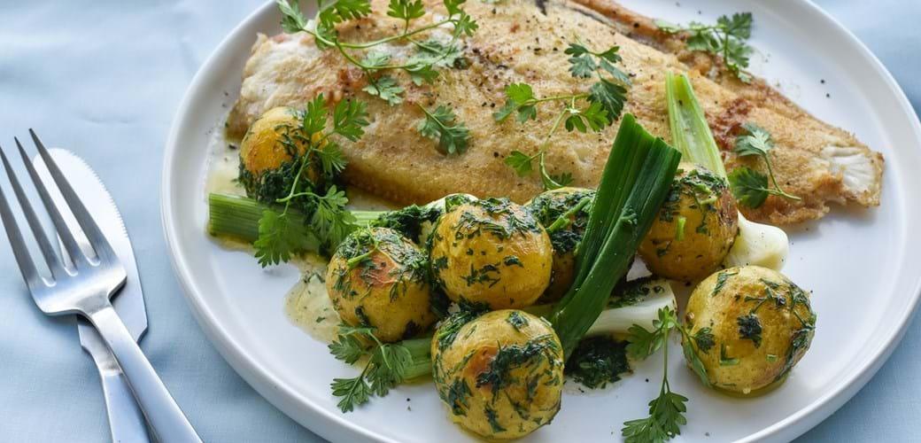 Stegt fladfisk med nye kartofler i urtesmør
