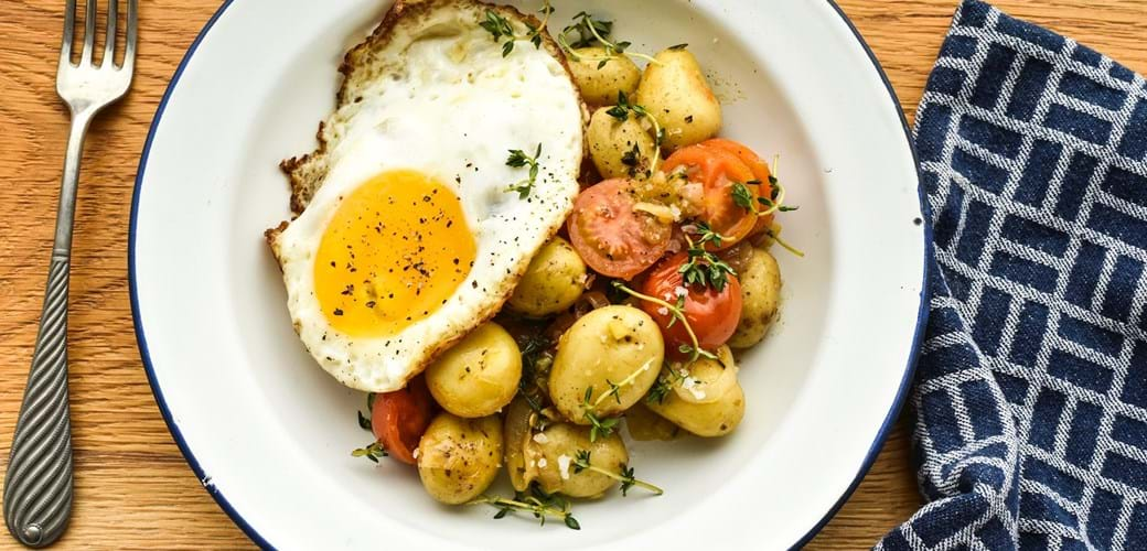 Lun kartoffelsalat med tomater og spejlæg