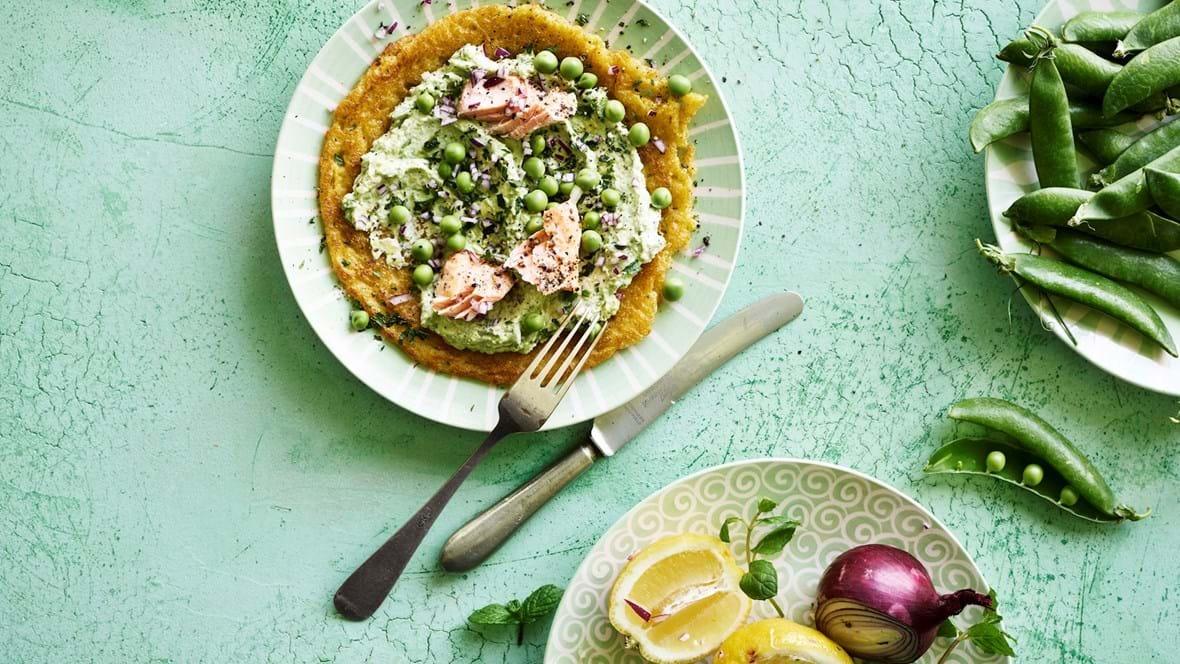 Åben majspandekage med avokado og myntecreme