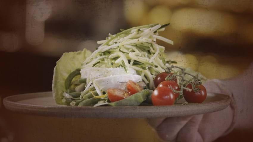Kål og bønnesalat med mozzarella og små tomater