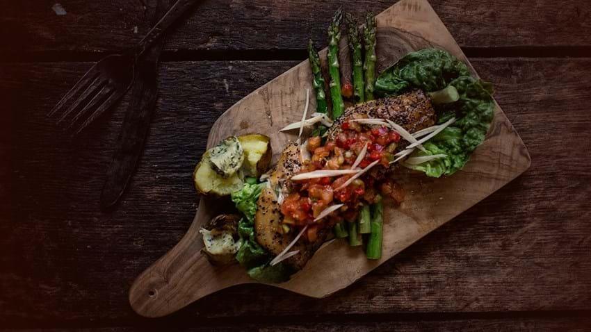 Grillet varmrøget makrel med asparges og knuste kartofler