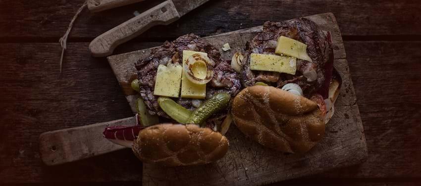 Grillet burger med ribeye, bacon og Vesterhavsost