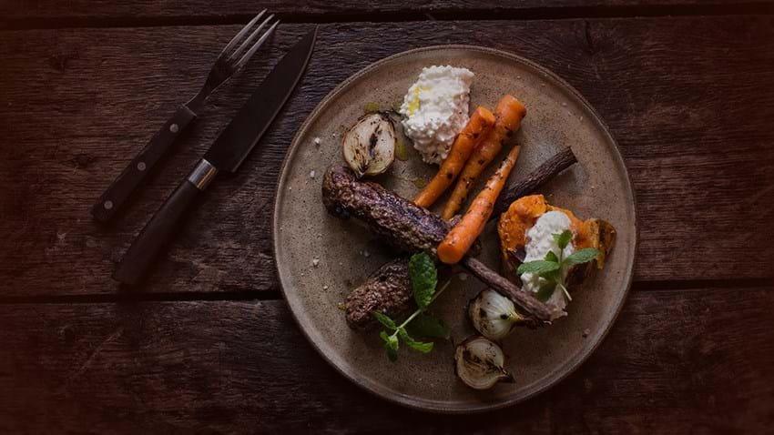 Grillet oksekød på lakridsrod med gulerødder og sødekartofler