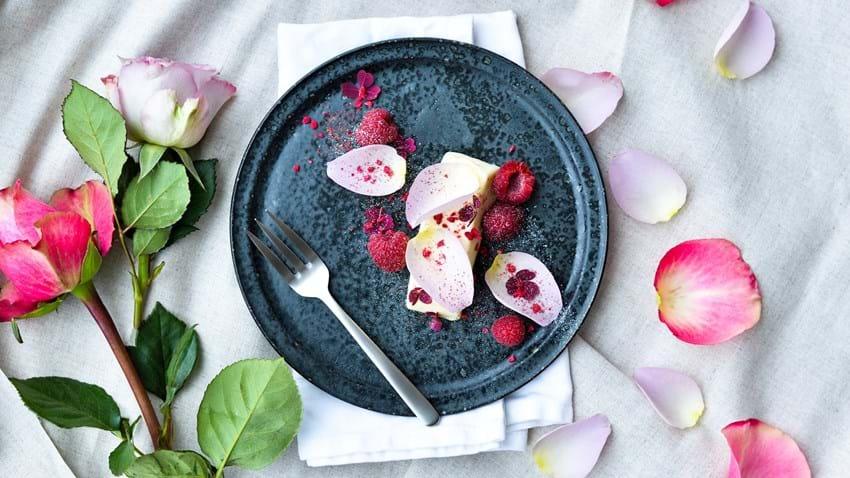 Panna cotta med hyldeblomst, hindbær og friske rosenblade