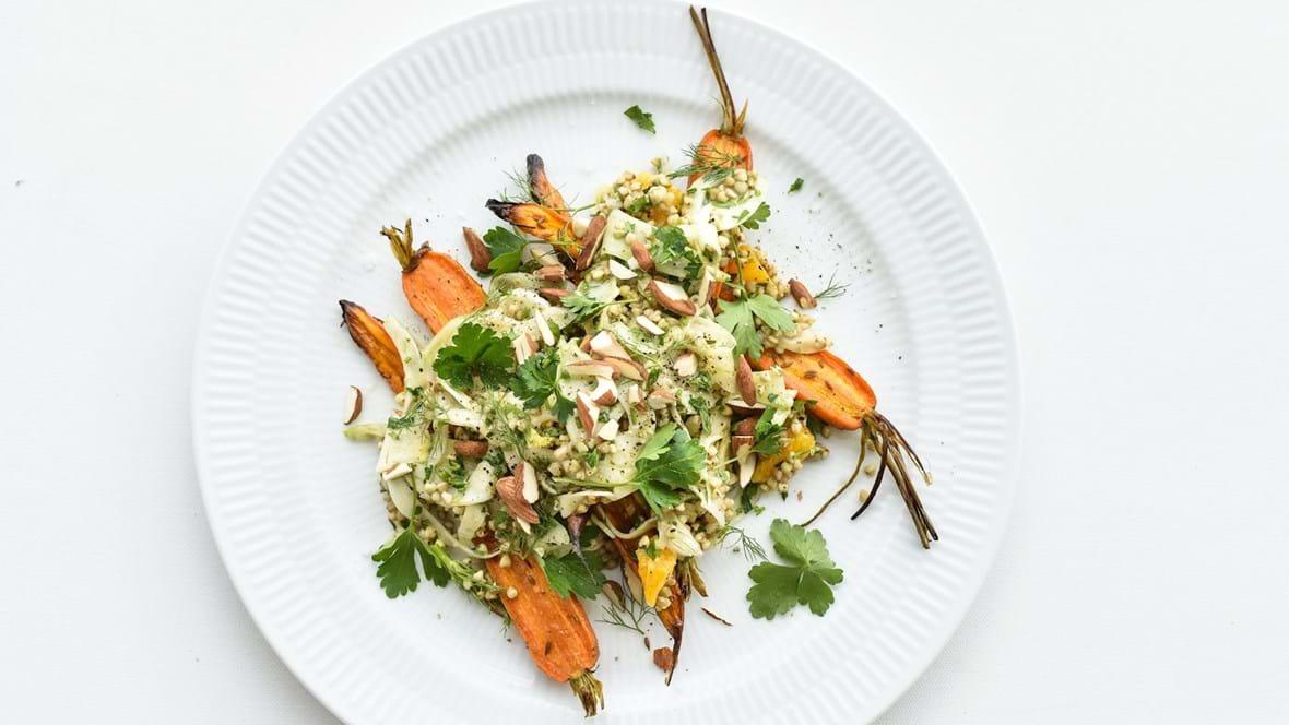 Boghvedesalat med grillede gulerødder, fennikel og appelsin
