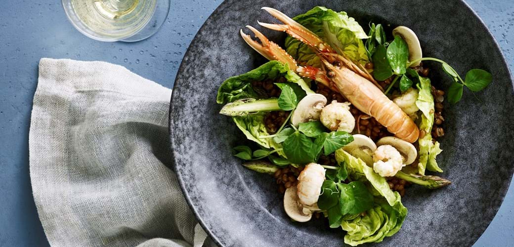 Salat med hvedekerner og jomfruhummer
