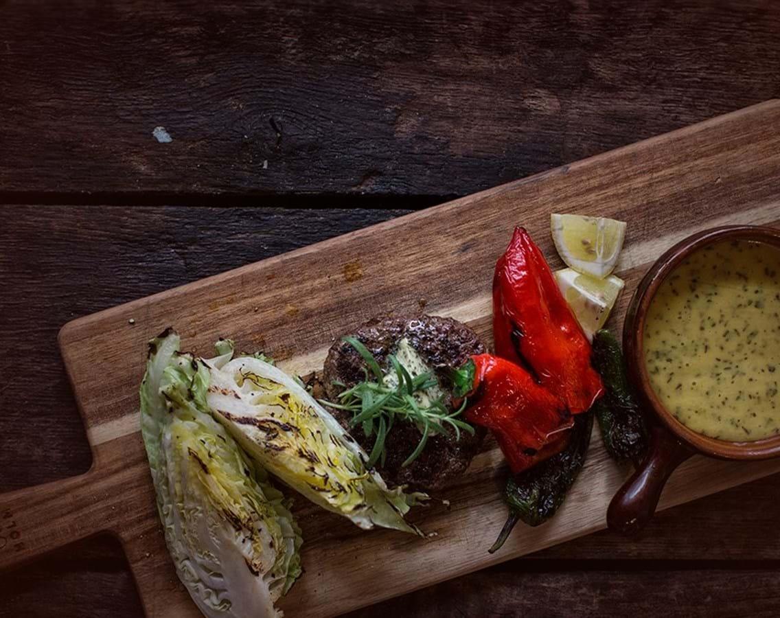 Grillet hakkebøf med bearnaise, Padron peberfrugt og kål