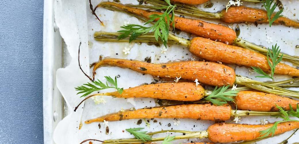 Bagte gulerødder med hyldeblomst-marinade