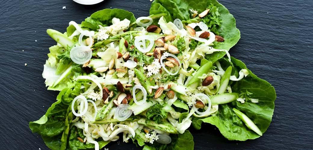 Sprød salat med mandler, persille og hyldeblomstdressing