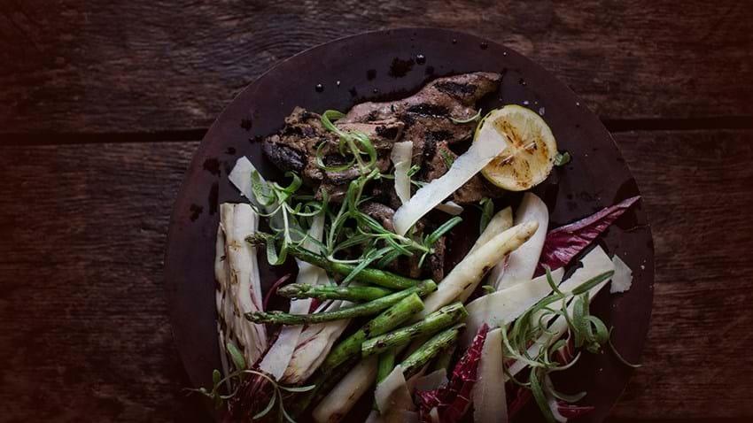 Grillet kalvelever med asparges, parmesan og raddichio