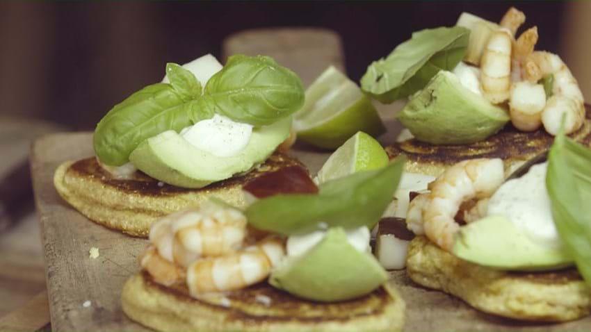 Pandekager med rejer og avokado
