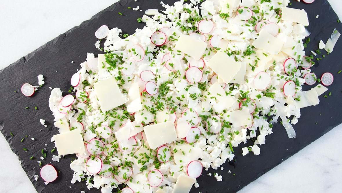 Blomkål, radiser, purløg og høvlet ost