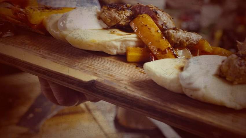 Krydret lammemørbrad i kokosmüsli med pita og passionsfrugtdip