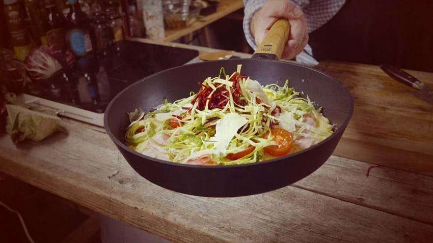 Æggekage med porchetta, tomat og spidskål