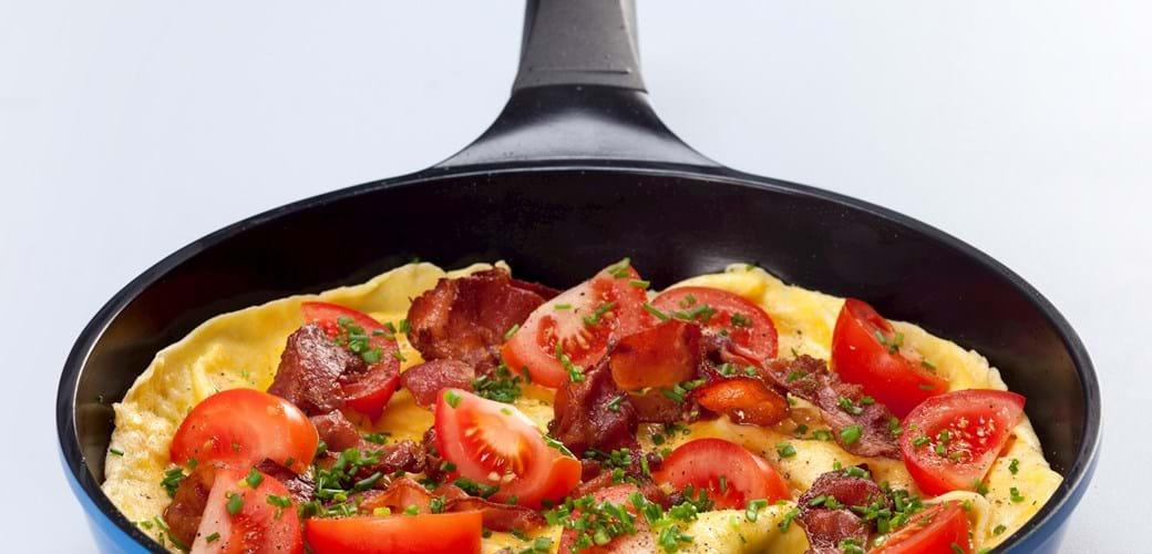 Æggekage med bacon, tomater og purløg