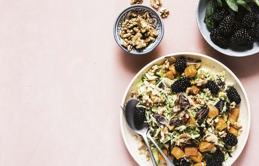 Speltsalat med bagt hokkaido og brombær