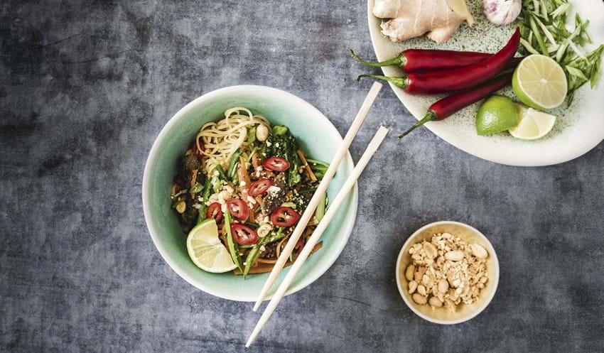Hurtig wok med oksekød, nudler og sprøde grøntsager