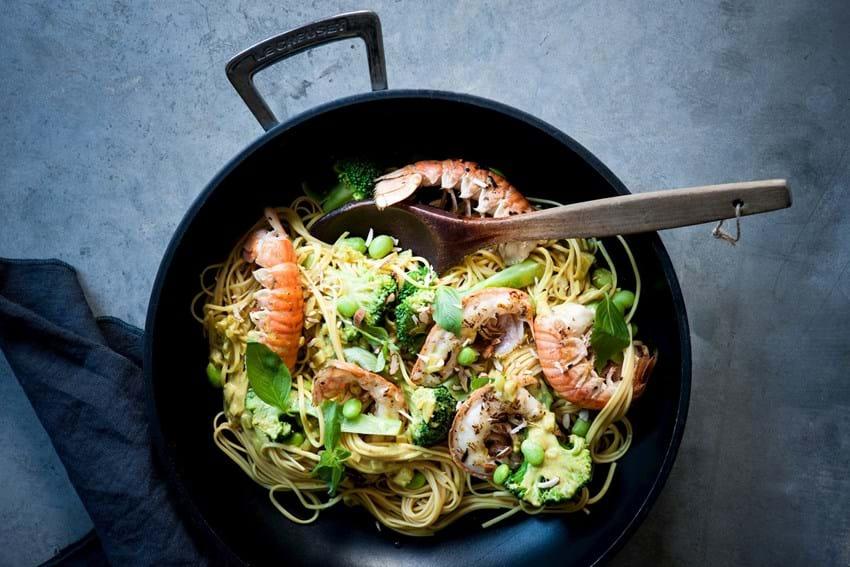 Jomfruhummer i wok med karry, kokosmælk og grønt