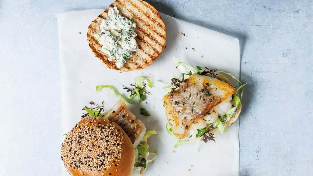 Fiskeburger med sesamstegt mørksej og tartarsauce