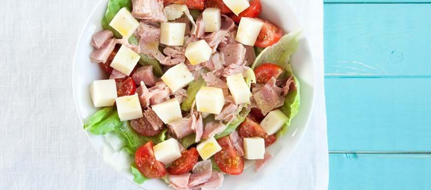 Fransk salat med ost, skinke, tomater og sennepsdressing