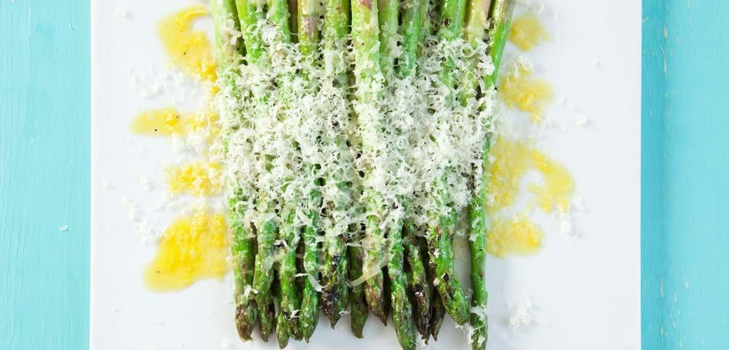 Grillede asparges med revet ost
