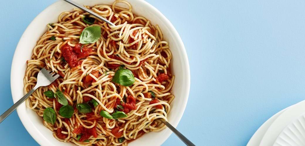 Spaghetti med tomat  og basilikumsauce
