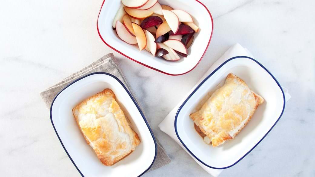 Ost i butterdej med blommer og æble