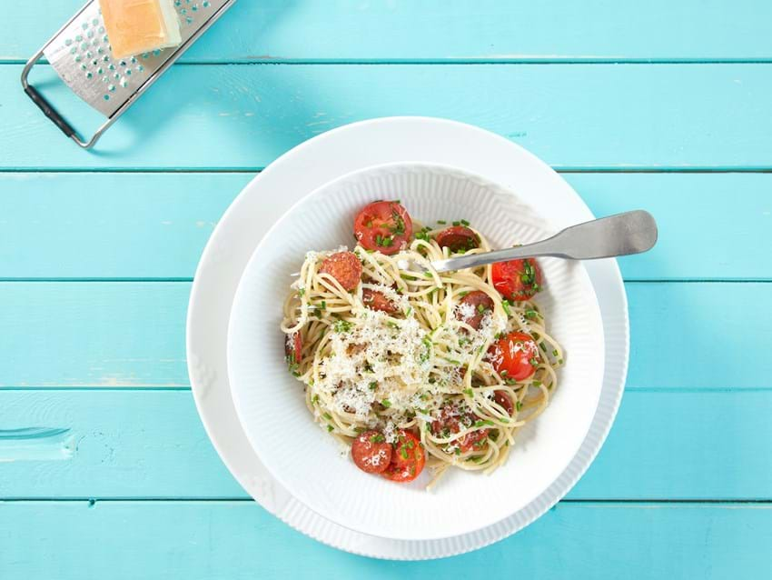 Pasta med ost, chorizo og tomater