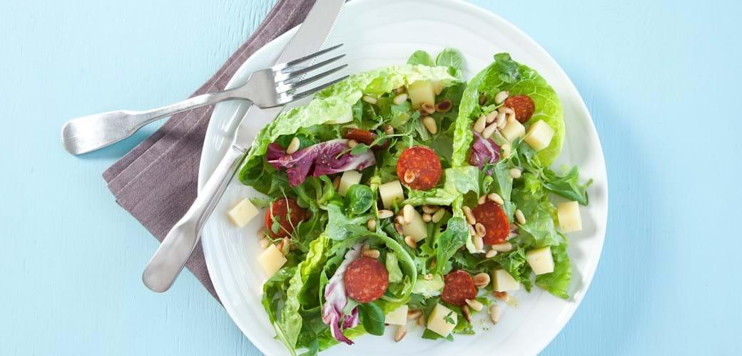 Salat med ost, chorizo og pinjekerner