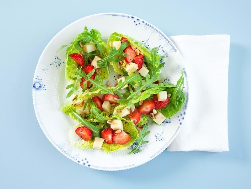 Salat med jordbær, ost og pinjekerner
