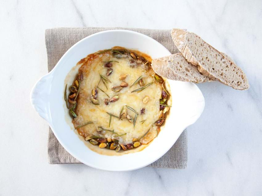Smeltet ost med rosmarin, ahornsirup og pistacienødder