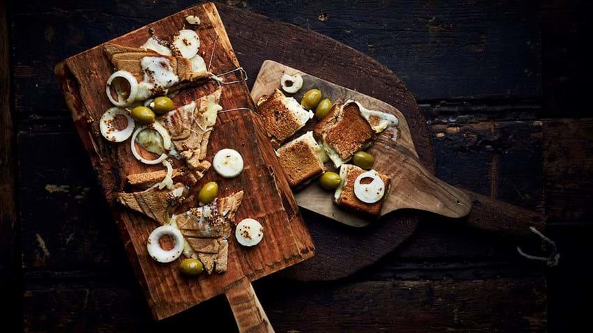 Toast med tre slags ost og syrlige løg