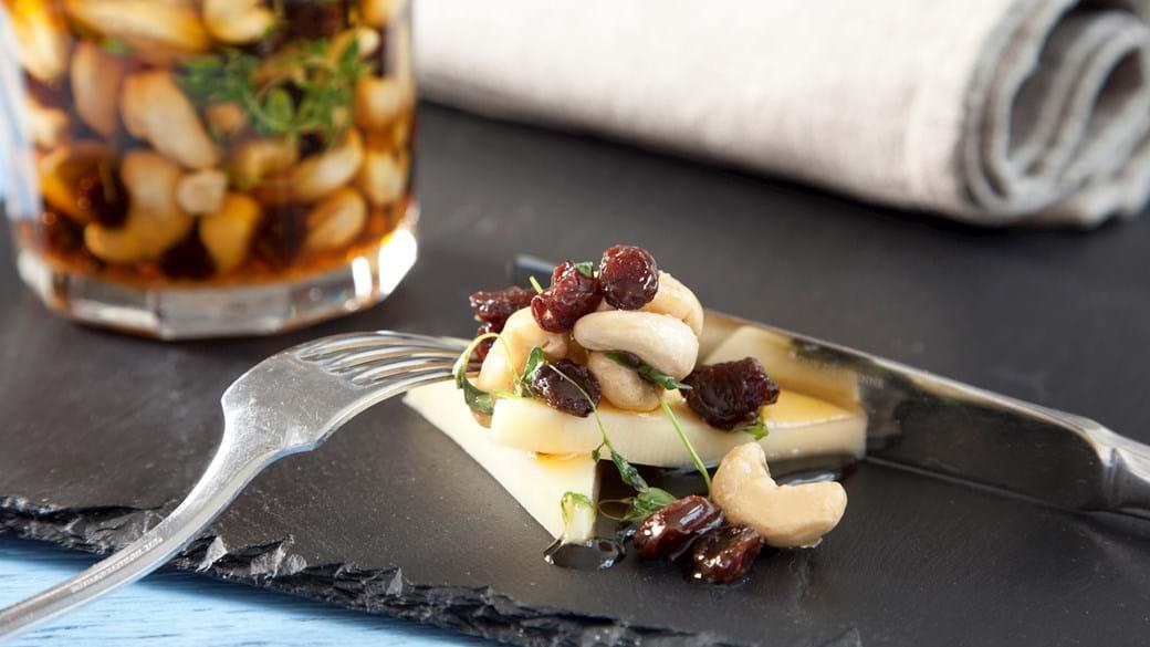 Cashewnødder med ahornsirup, rosiner og timian