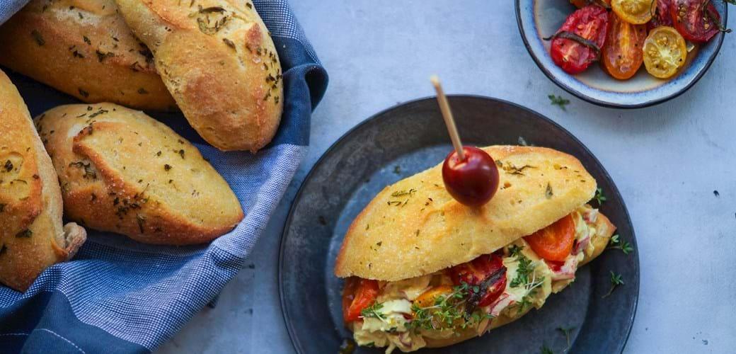Sandwich med kyllingesalat med æble