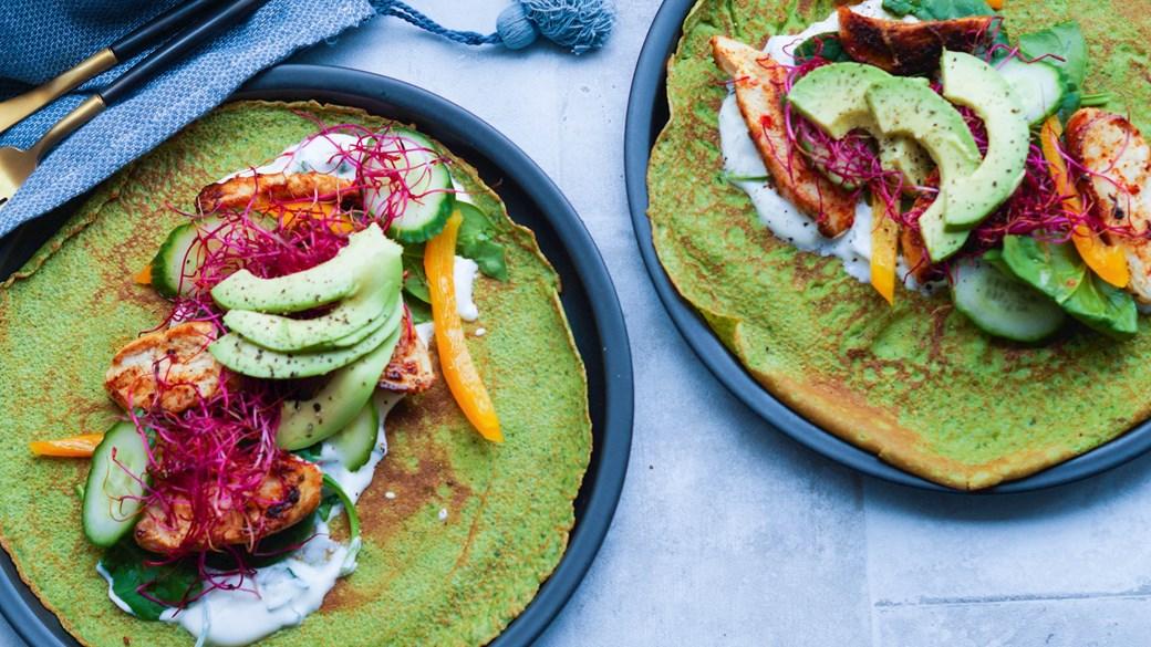 Spinatpandekager med kylling, persilledip og grønt
