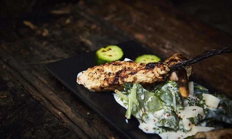 Kyllingespyd med lakridsrod og kålsalat