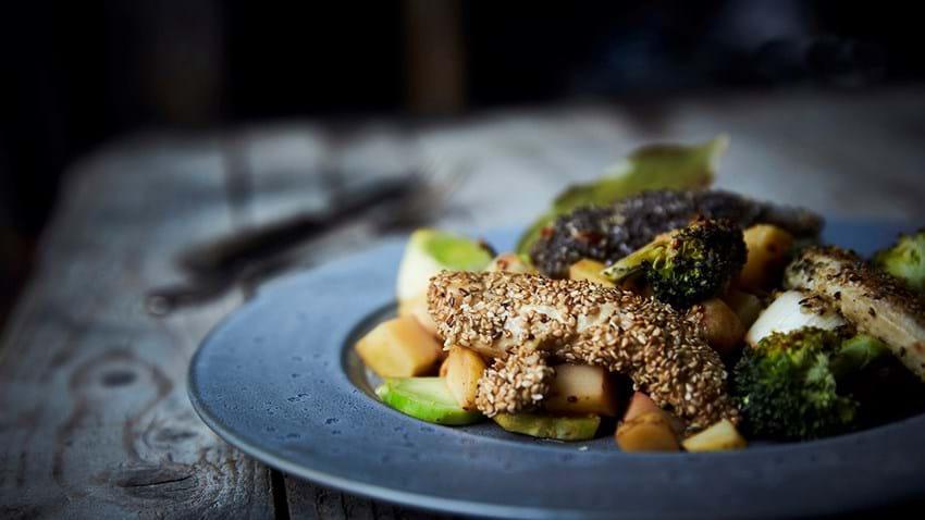 Kyllingefilet i chiafrø med sprøde grøntsager