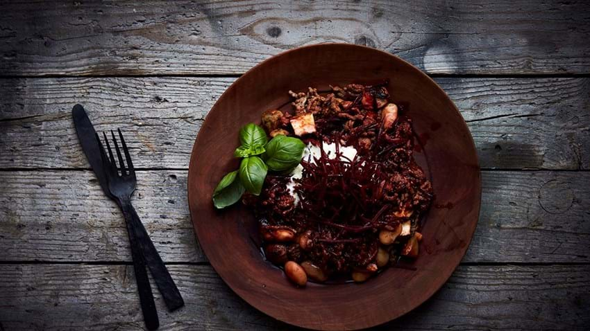 Krydret oksekød med bønner, svampe og tomatsovs