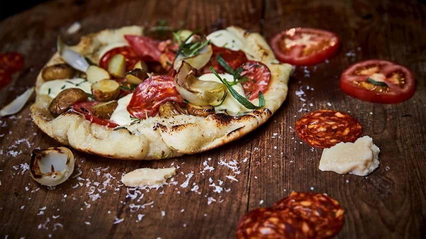 Pizza på panden med kartoffel og chorizo