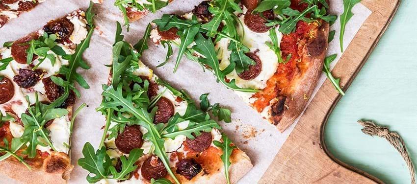 Økologisk pizza med ricotta, rucola og chorizo