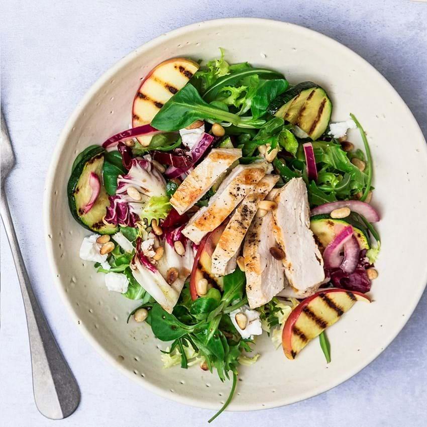 Mættende økologisk salat med æble, grillet kylling og ristede pinjekerner