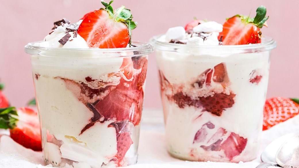 Økologiske marengs med flødeskum og søde jordbær