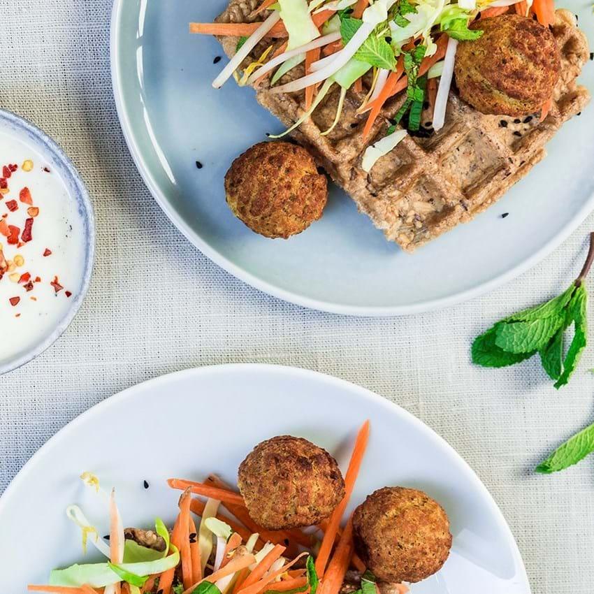 Økologiske madvafler toppet med kålsalat, falafler og yoghurtdressing