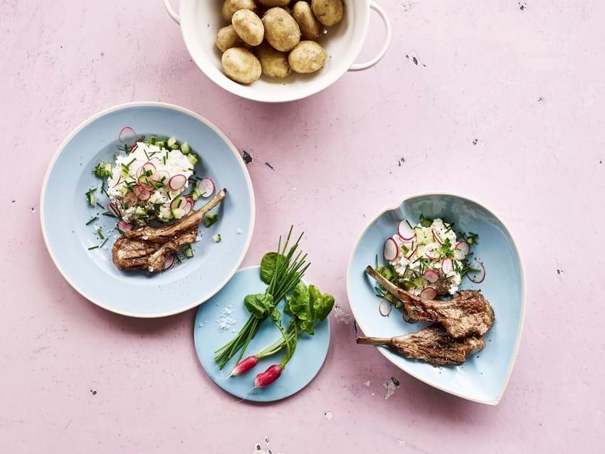 Sommersalat  med hytteost  og grillede  lammekoteletter
