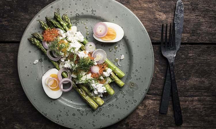 Pandestegte asparges med hytteost, citron og dild
