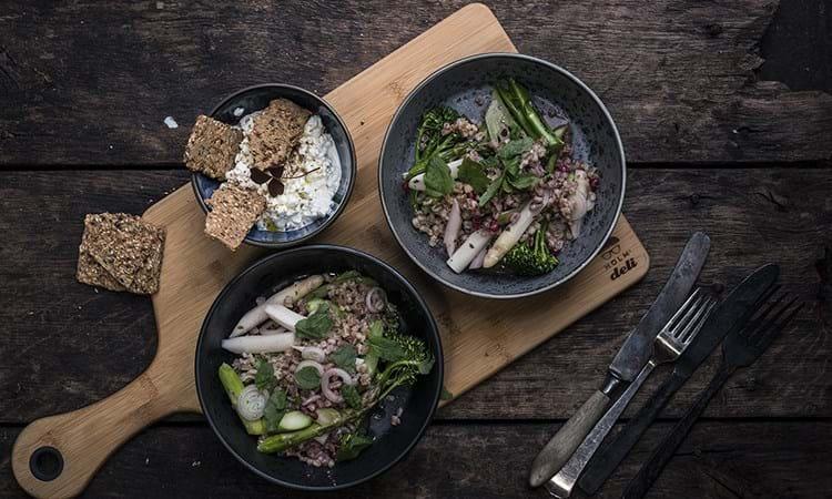 Vegetar cassoulet med perlebyg, asparges og broccoli