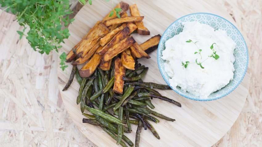 Fetadip med søde kartoffel- og bønnefritter