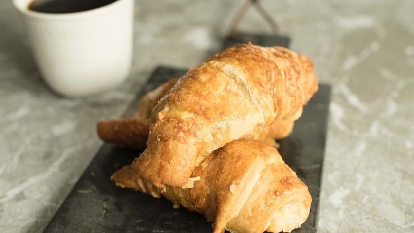 Croissant med ost og pølser