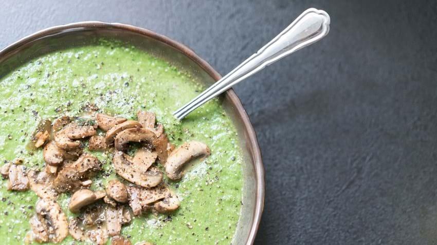 Grøntsagssuppe med svitsede svampe